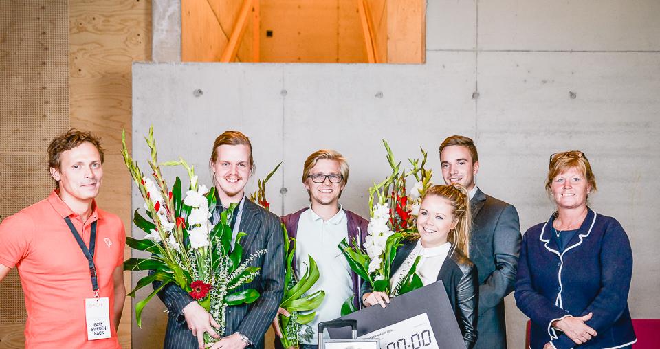 Det vinnande laget GÅ 2.0, Vinnovas generaldirektör och Visiarcs grundare Peter Lindgren som ger laget fri konsultation. Laget vinner resa till Silicon Valley. Foto: Crelle